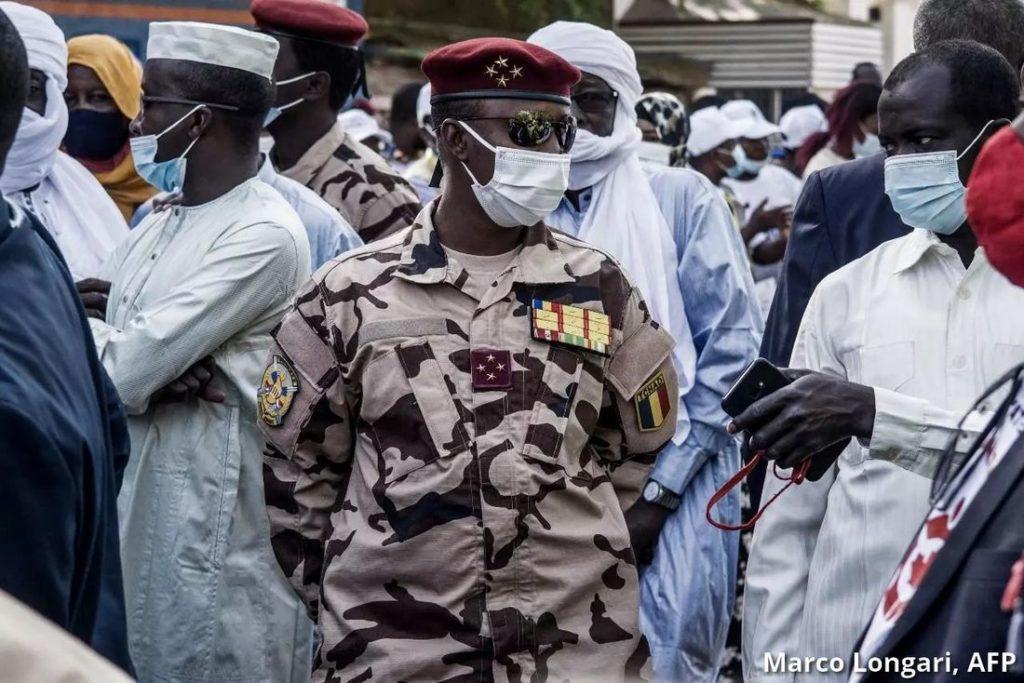 Prezident Čadu zomrel na následky zranenia v boji